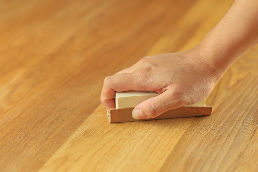 木製テーブルのヤスリがけ